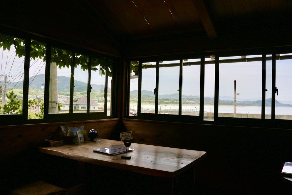 窓側の席からは海が見えます。
