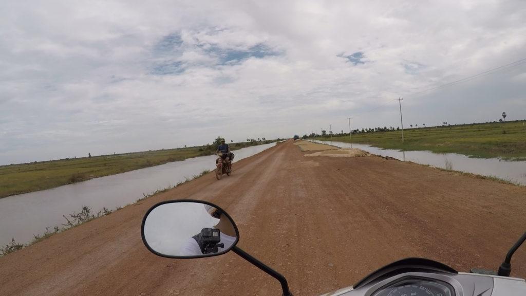 トレンサップ湖へ向かう途中の道です。