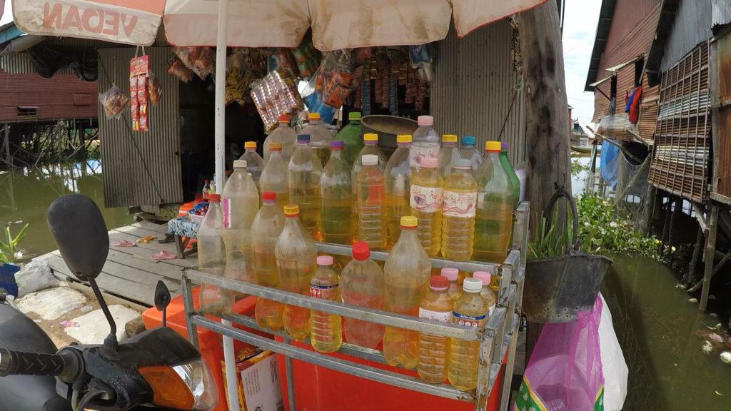 ガラス瓶にガソリンを入れて販売している小さな個人の売店もたくさんありました。