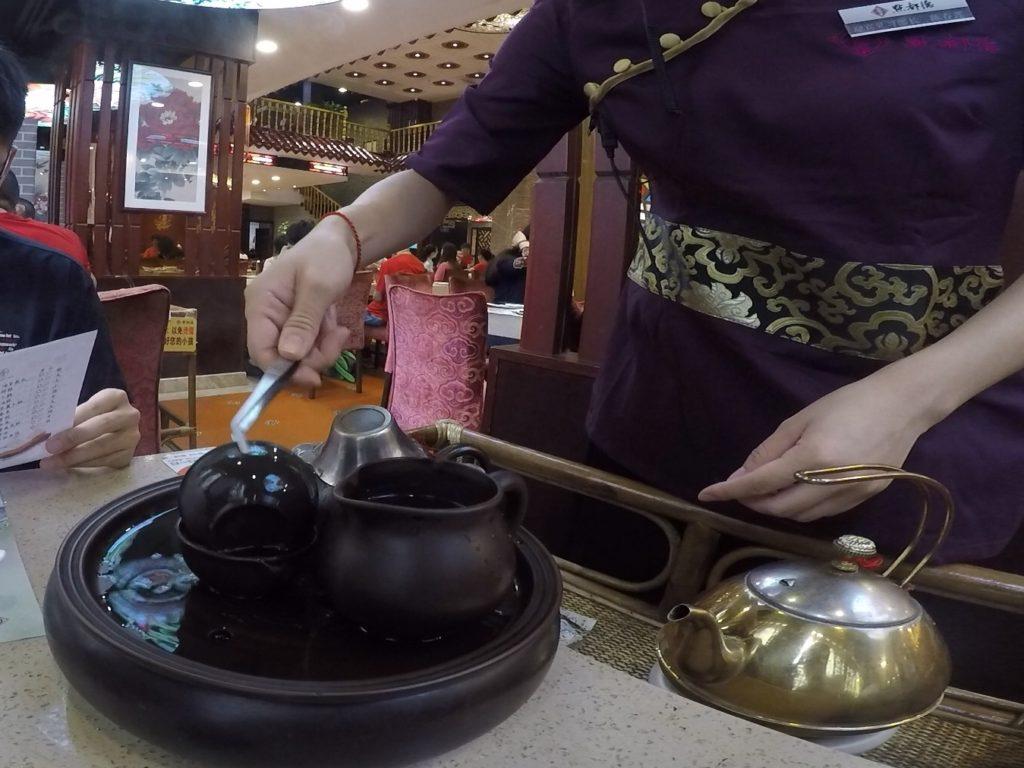 中国式のお茶の入れ方の実演もあります。