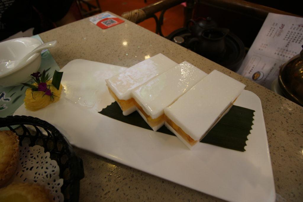 マンゴーゼリーを杏仁豆腐で挟んだデザートです。