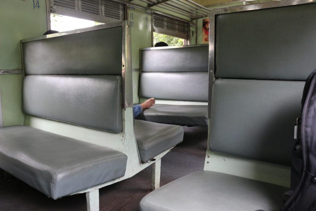 普通車のシートはハードシートとなります。