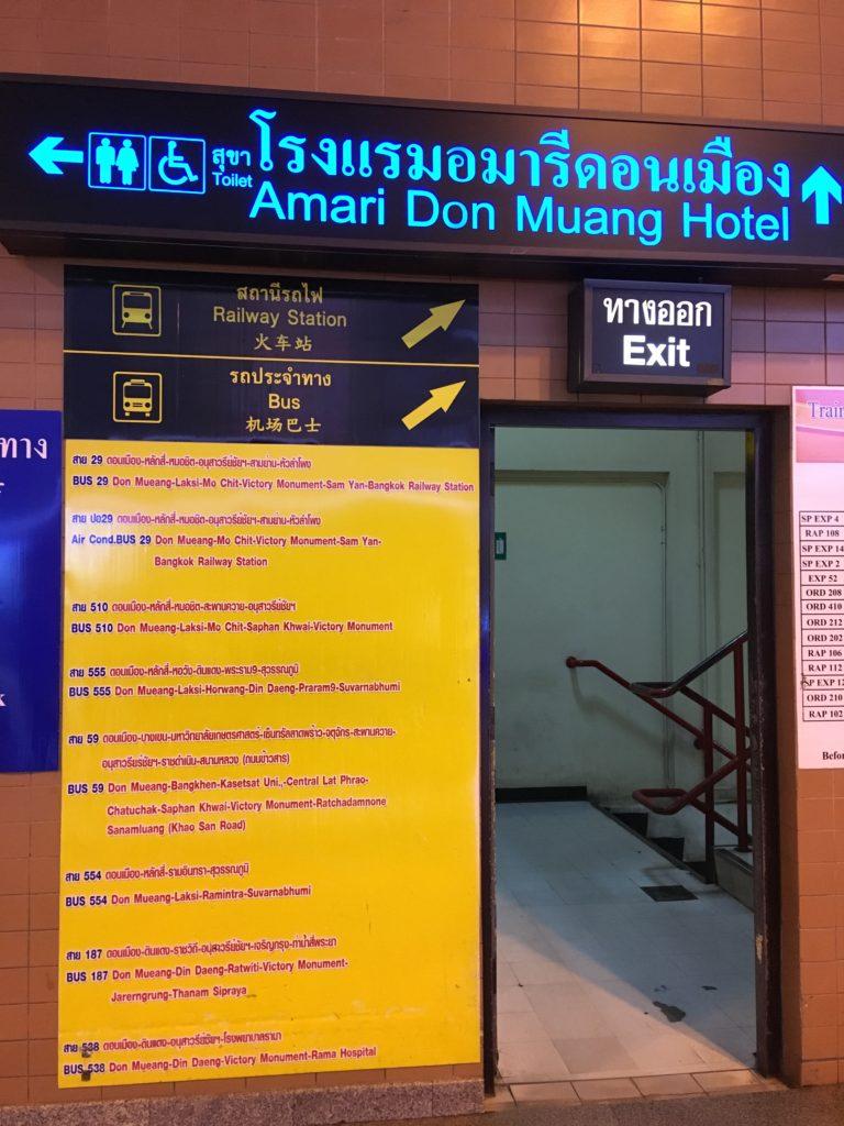 6番出口左手に駅へつながる階段があります。
