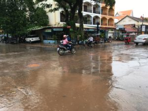 激しいのスコールの後は、市内の道は大きく冠水するところがあります。