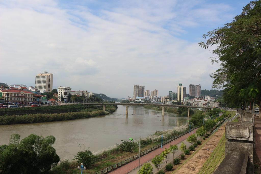 ソンホン川の向こうには中国・河口の町並みがうっすらと見える