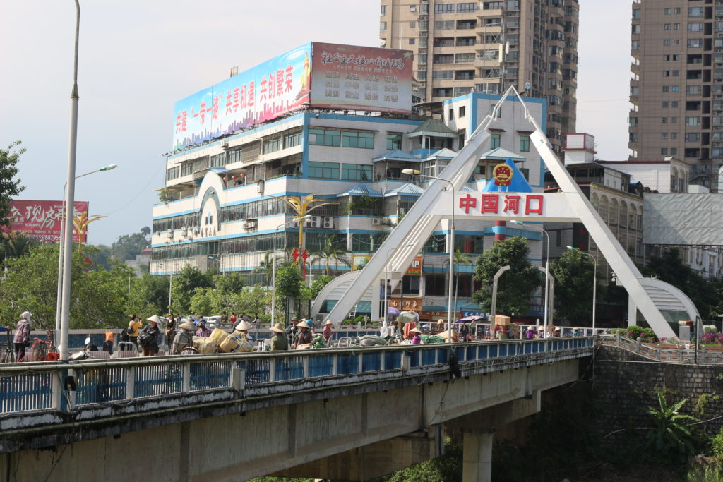 橋を渡る人を観察できる。