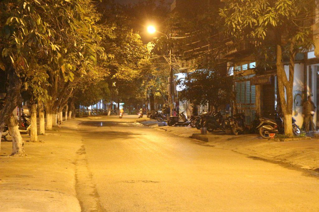 街灯が多く明るい路地