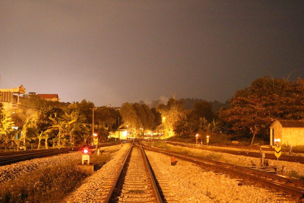 夜のラオカイ駅
