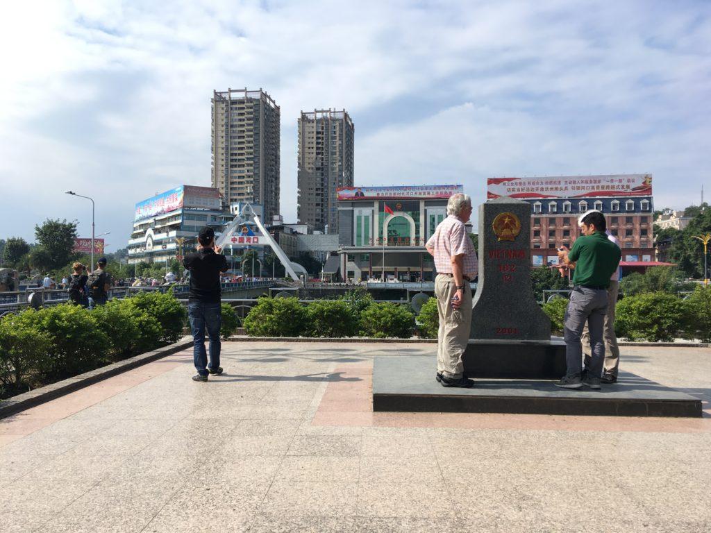 ベトナムの領土を示す石碑