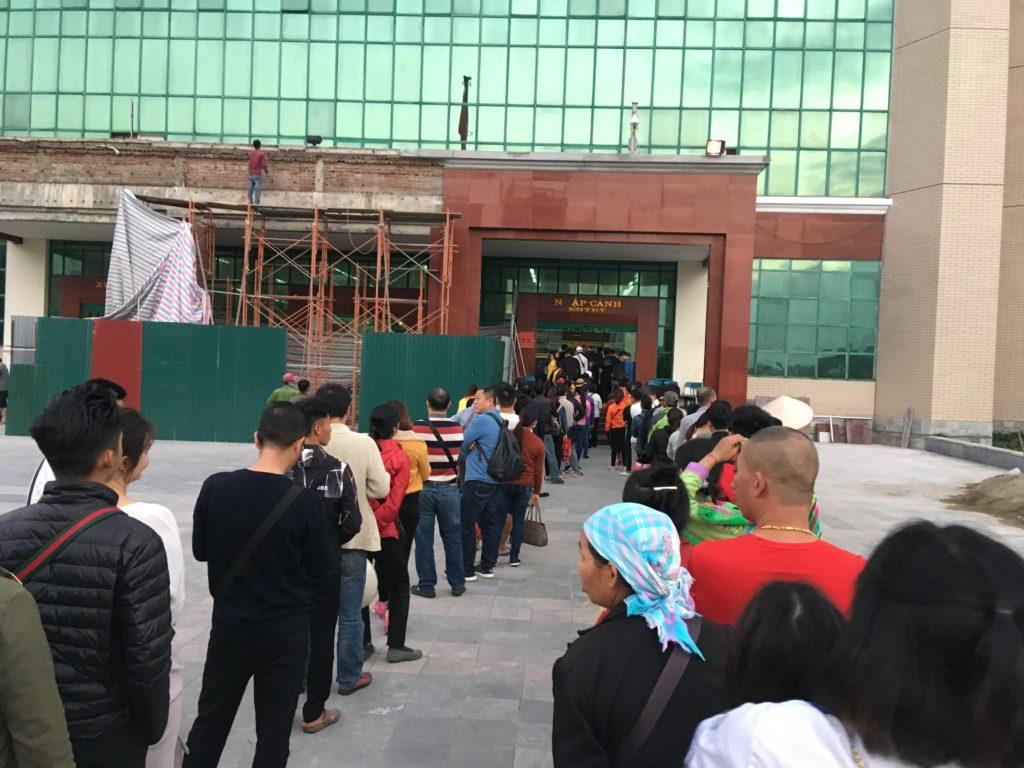 入国審査の列が建物の外まで溢れている