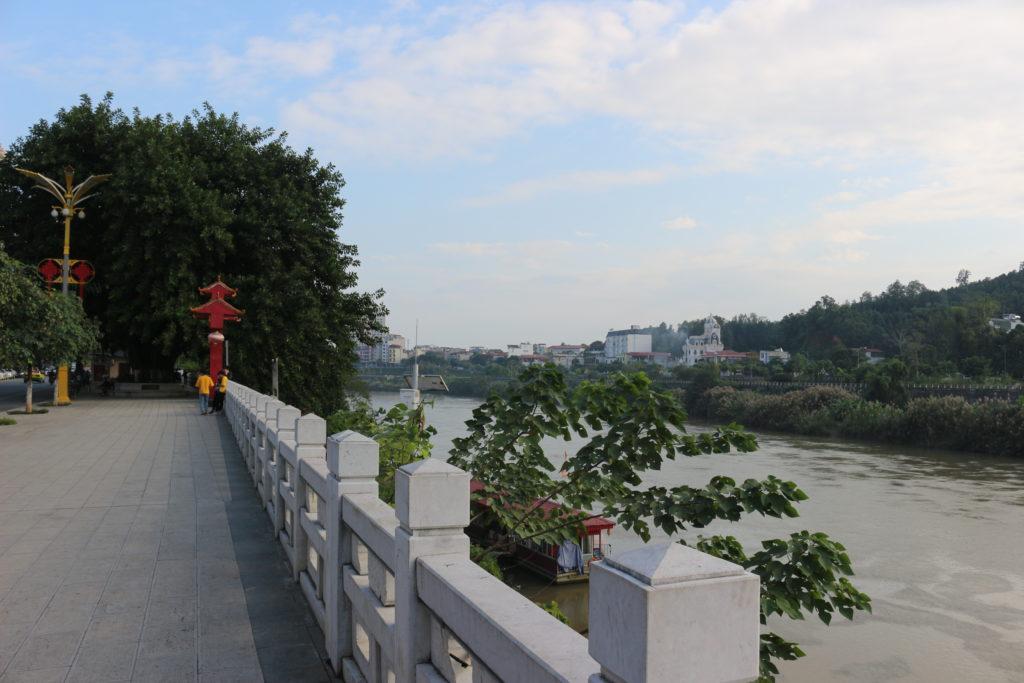 紅河のすぐ向こうはベトナムのラオカイとなっている