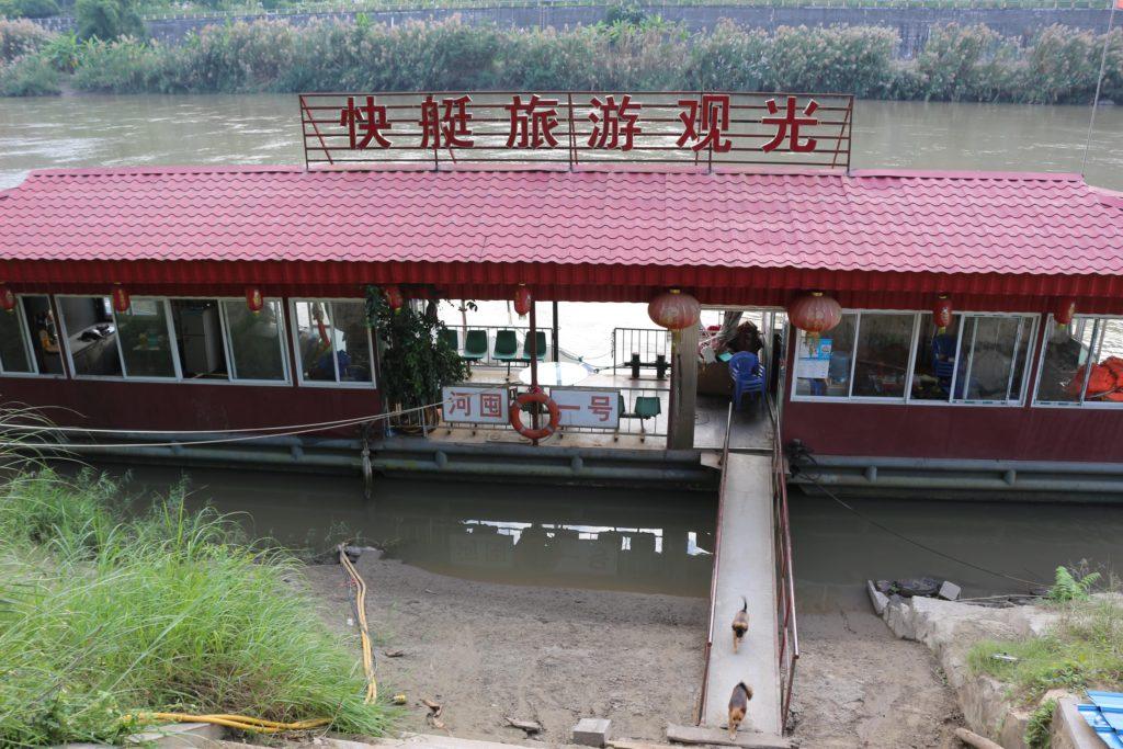 川に浮かぶ遊覧船