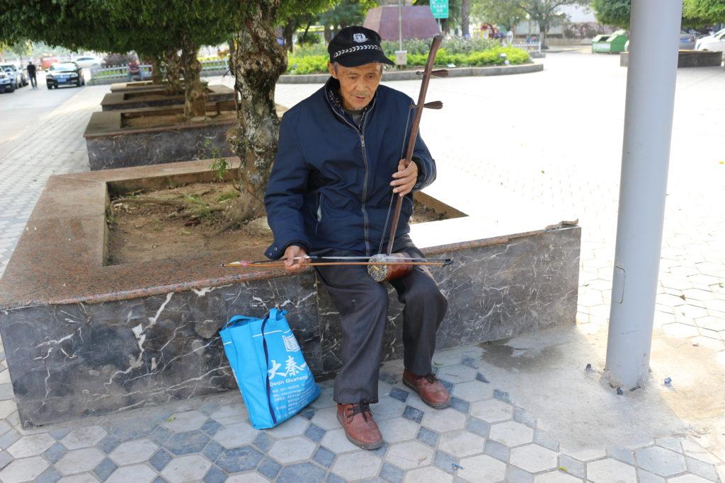 古楽器で演奏する老人