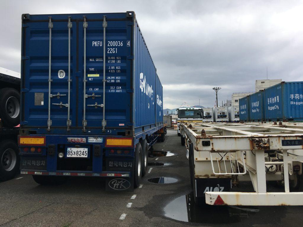 韓国のトラックが止まっている