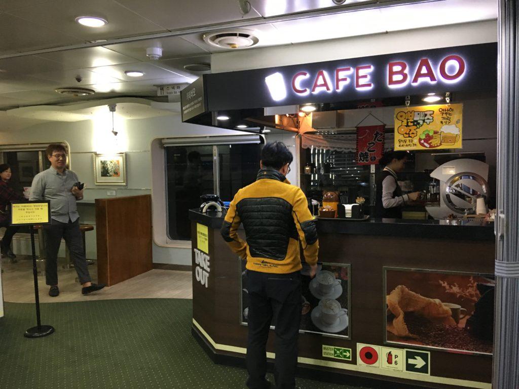 船内にあるカフェ