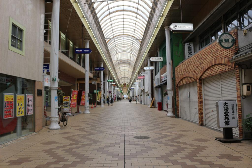 途中で通った商店街。人通りは少なく閑散としていた。