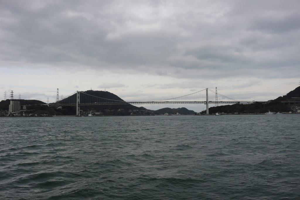 フェリーの上から見た関門橋