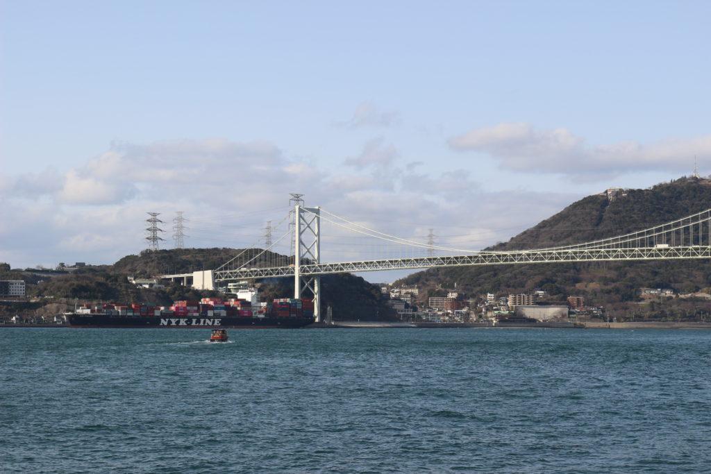 関門橋に差し掛かる大型貨物船