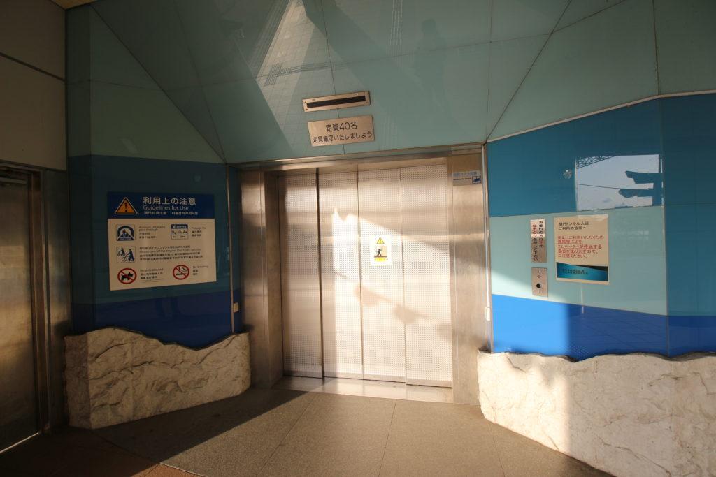 地下へ降りるエレベーター