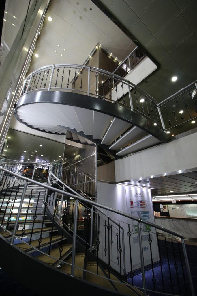 船内にある螺旋階段