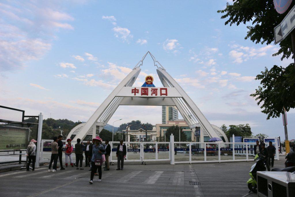 保安エリアの外から見た中国側のゲート