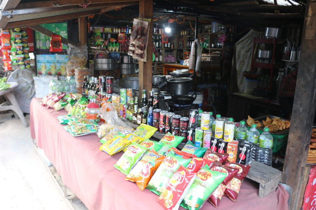 お菓子、飲料が売られている