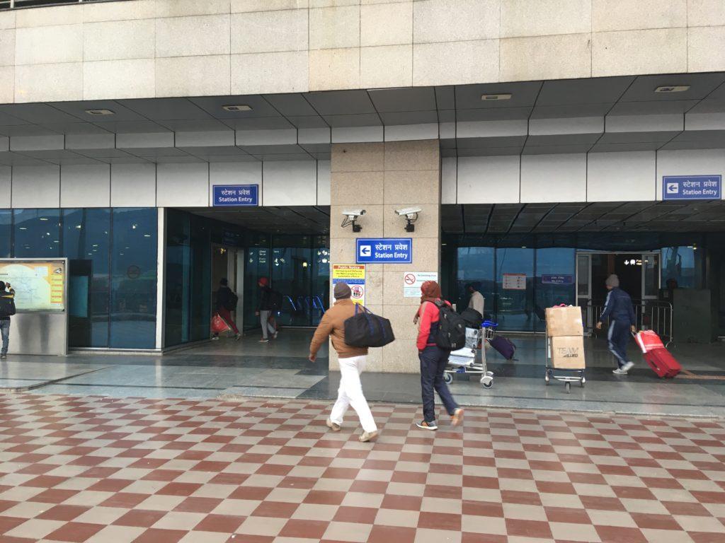 メトロのニューデリー駅の出入口
