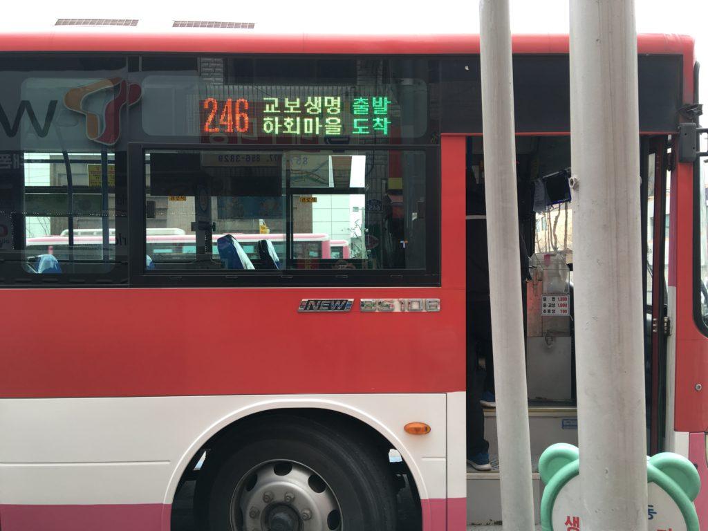 246番のバスに乗車する