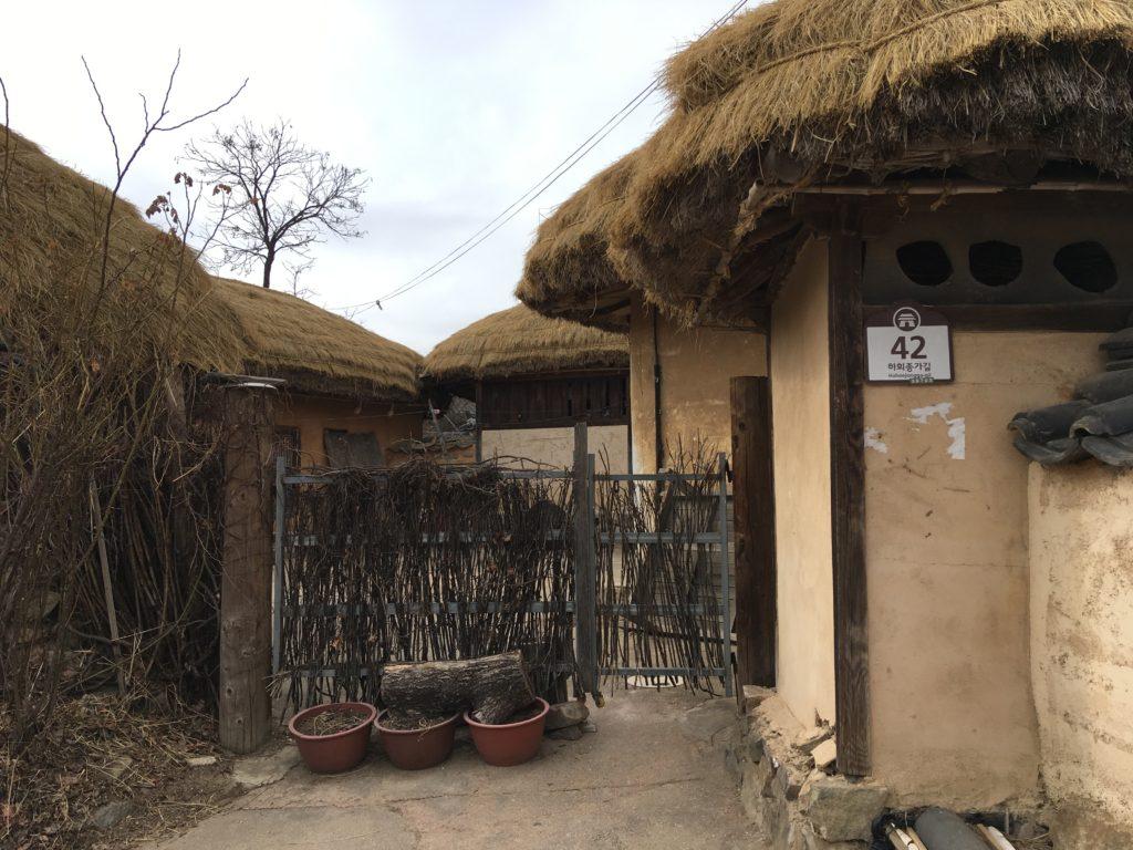 民家の玄関(門前)には住所を表す札が付いている