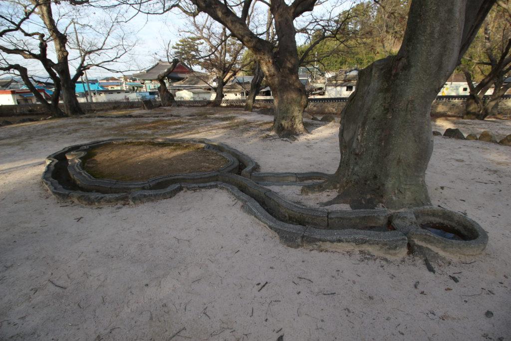 鮑石亭址の曲水の溝