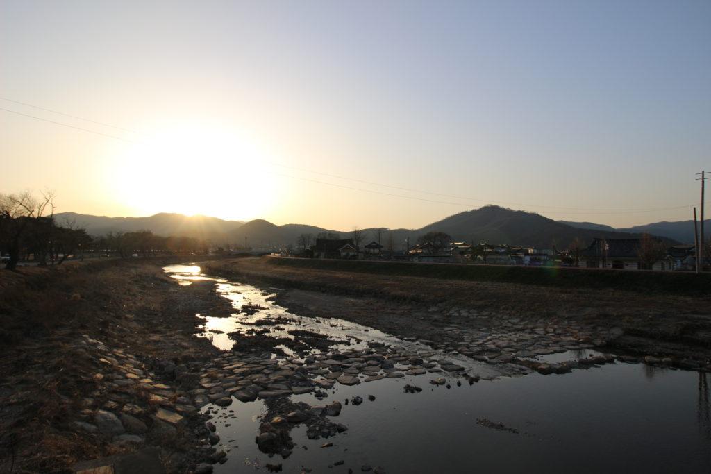 水面に映る夕日