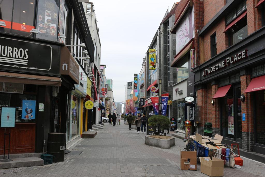 安東の繁華街の中心部。韓国の繁華街らしい雰囲気が漂う。