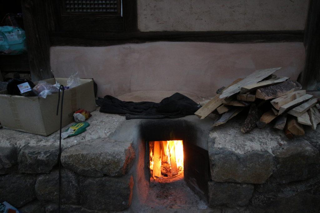 部屋の外にある暖炉