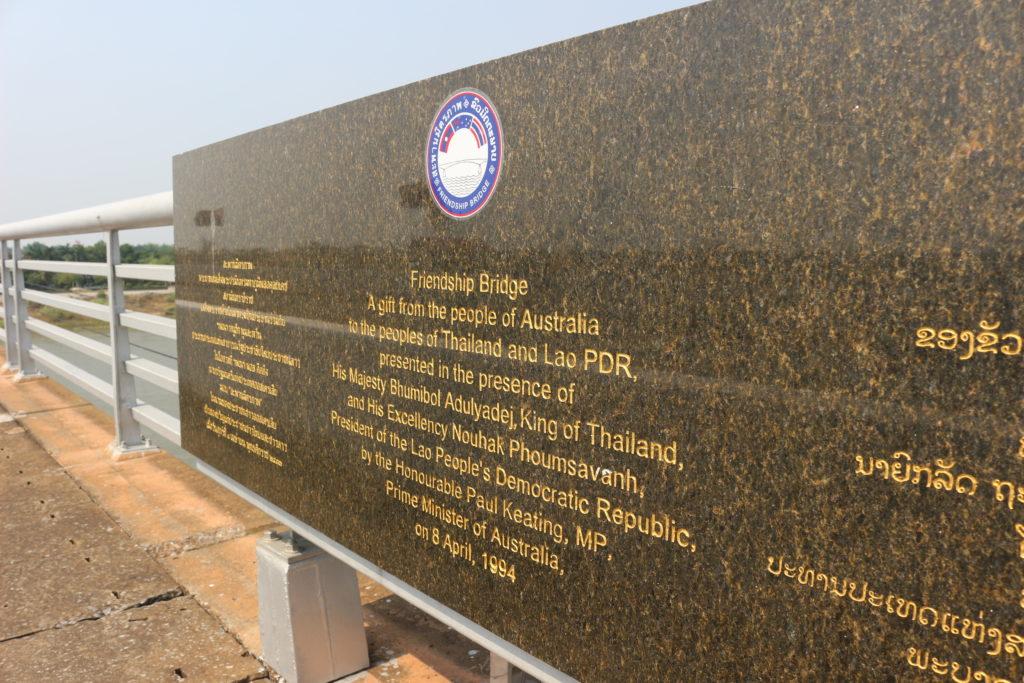 オーストラリアの企業によって建てられたことを紹介する石碑