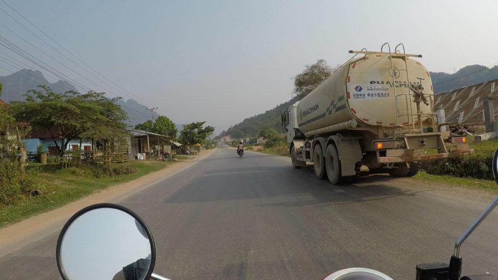 国道の大型トラック