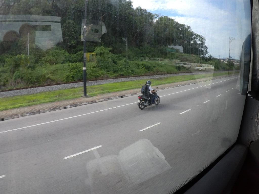 コタキナバル市内の幹線道路。