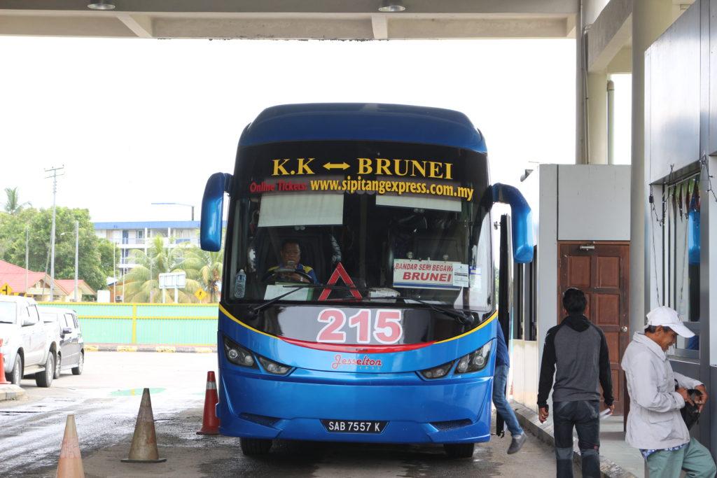 入出境場で待機するバス。