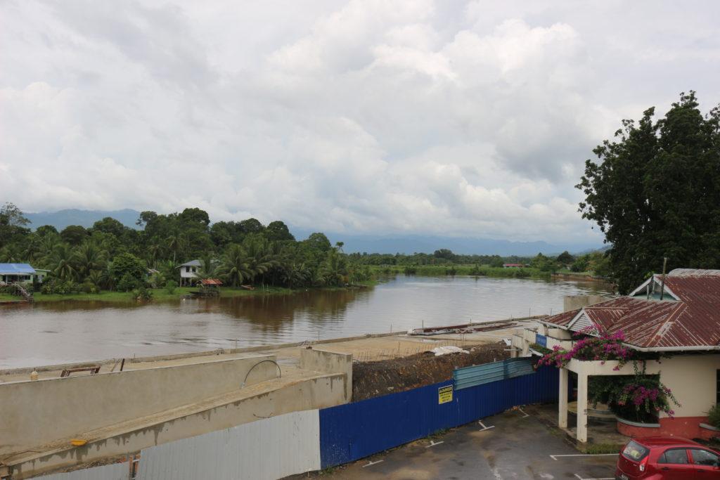 街の横に流れる川。水の色は茶色いですが東南アジア感があって良いです。