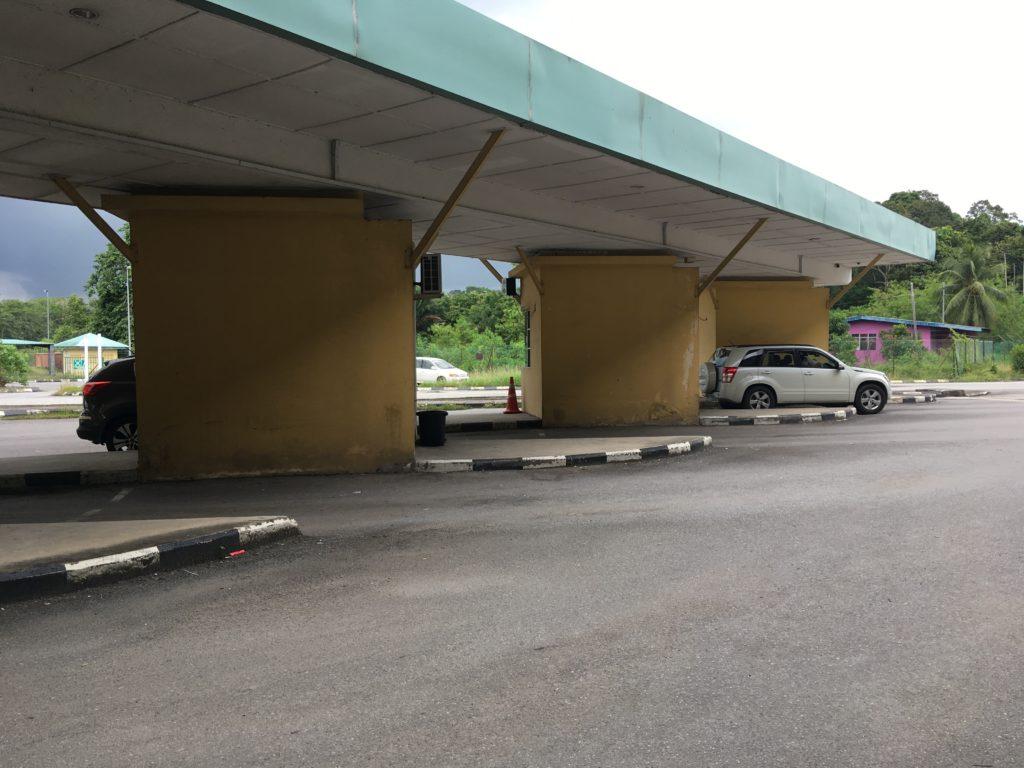 マレーシアの屋外にあるイミグレーション。