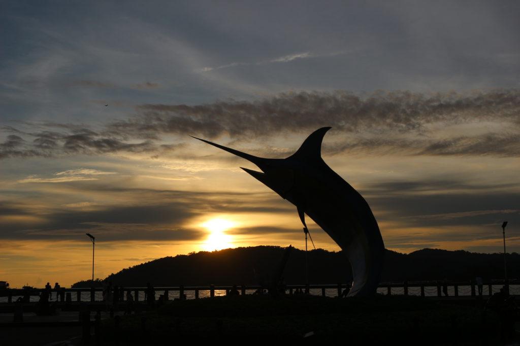 カジキマグロのモニュメントと夕日