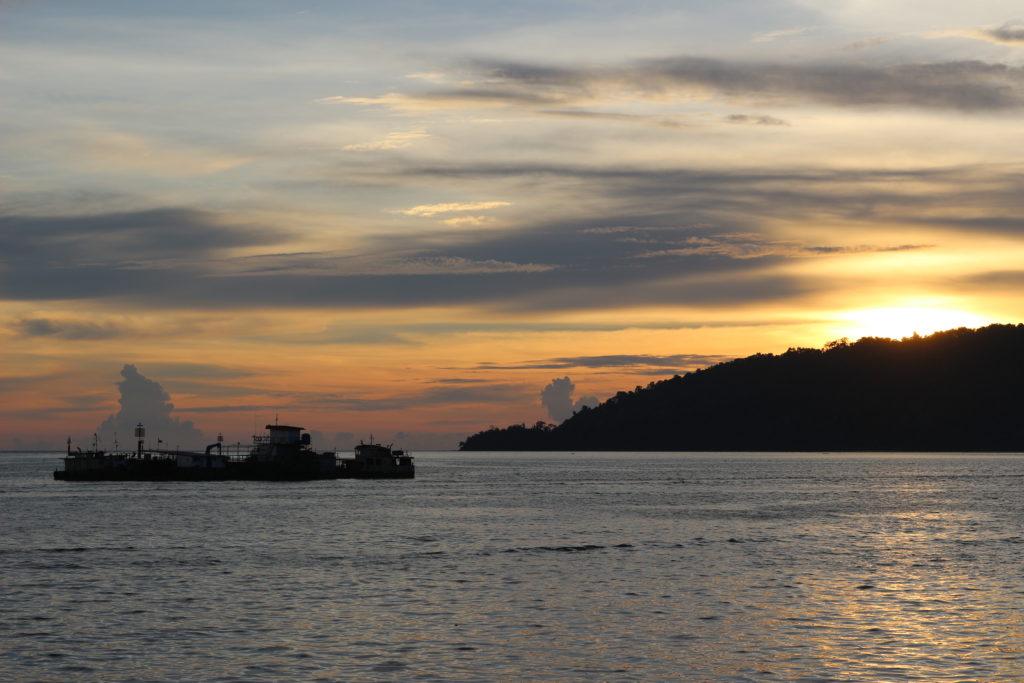 海岸から眺めた夕日