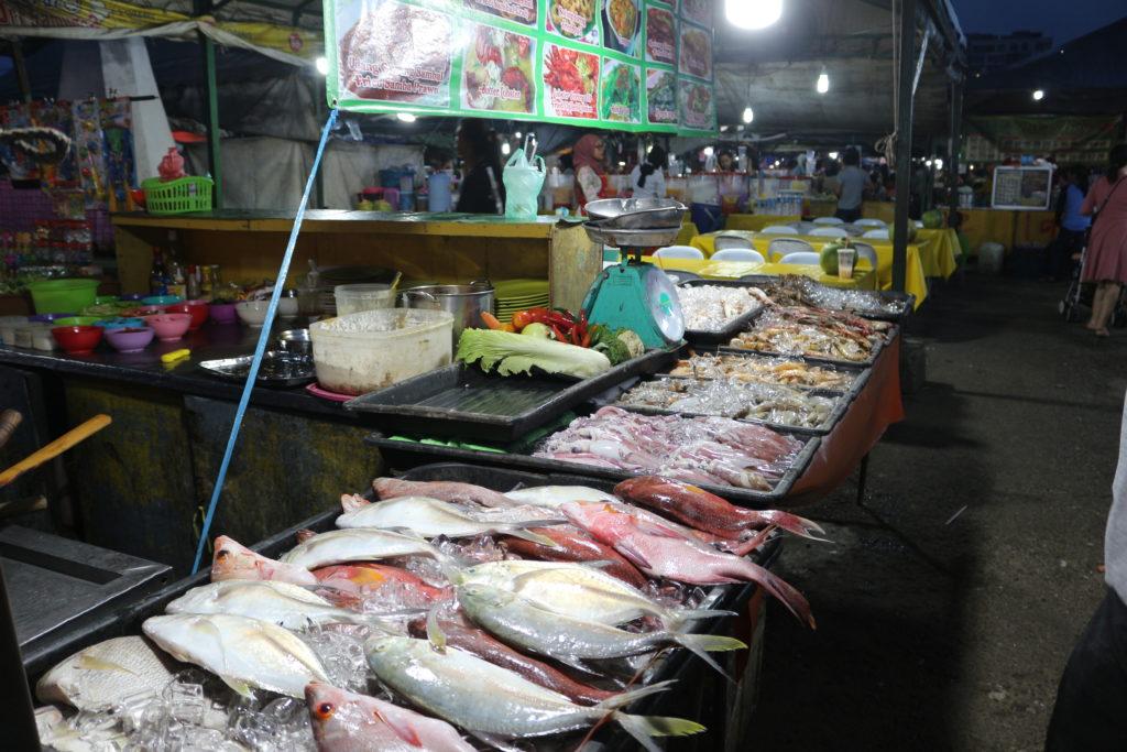 市場に並ぶ魚