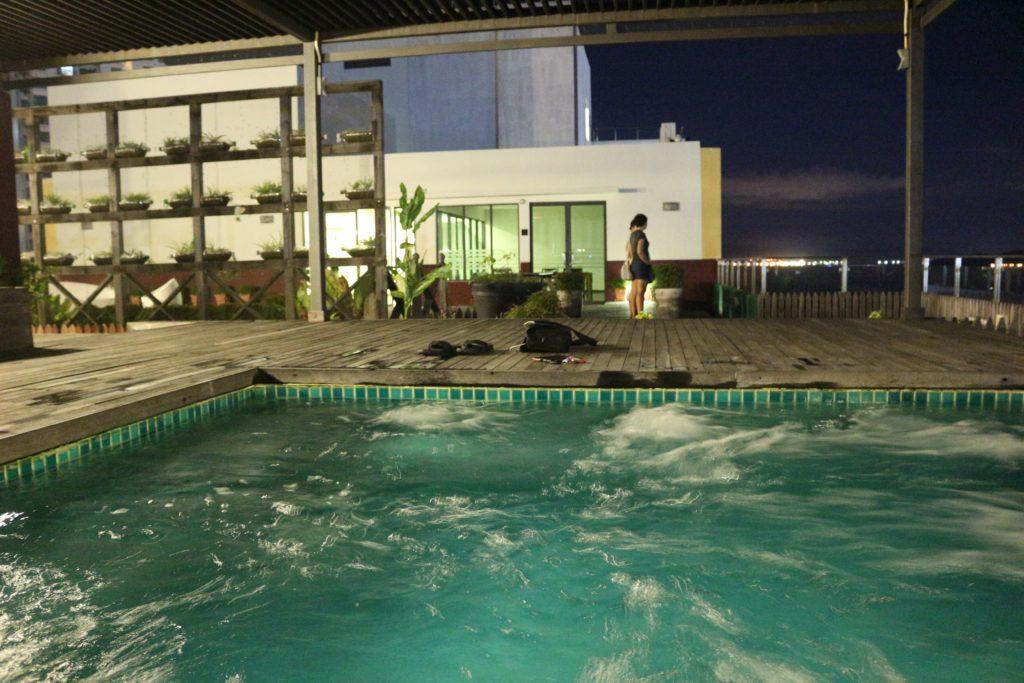 ジャグジーが付いた屋上プール