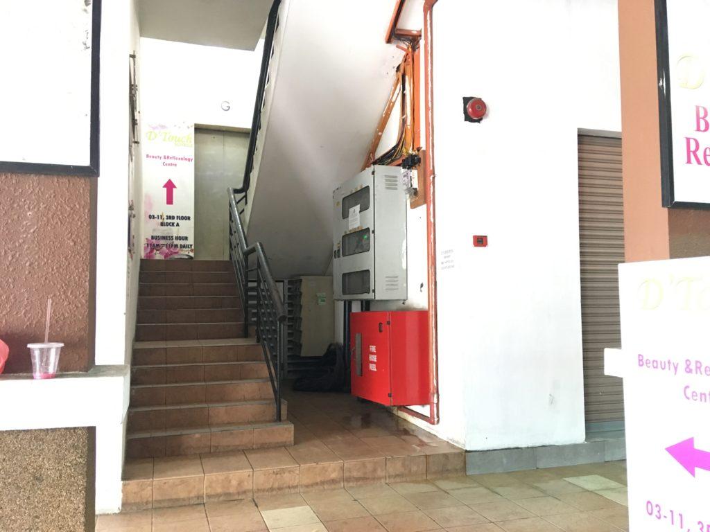 ここの階段を4階まで登ります