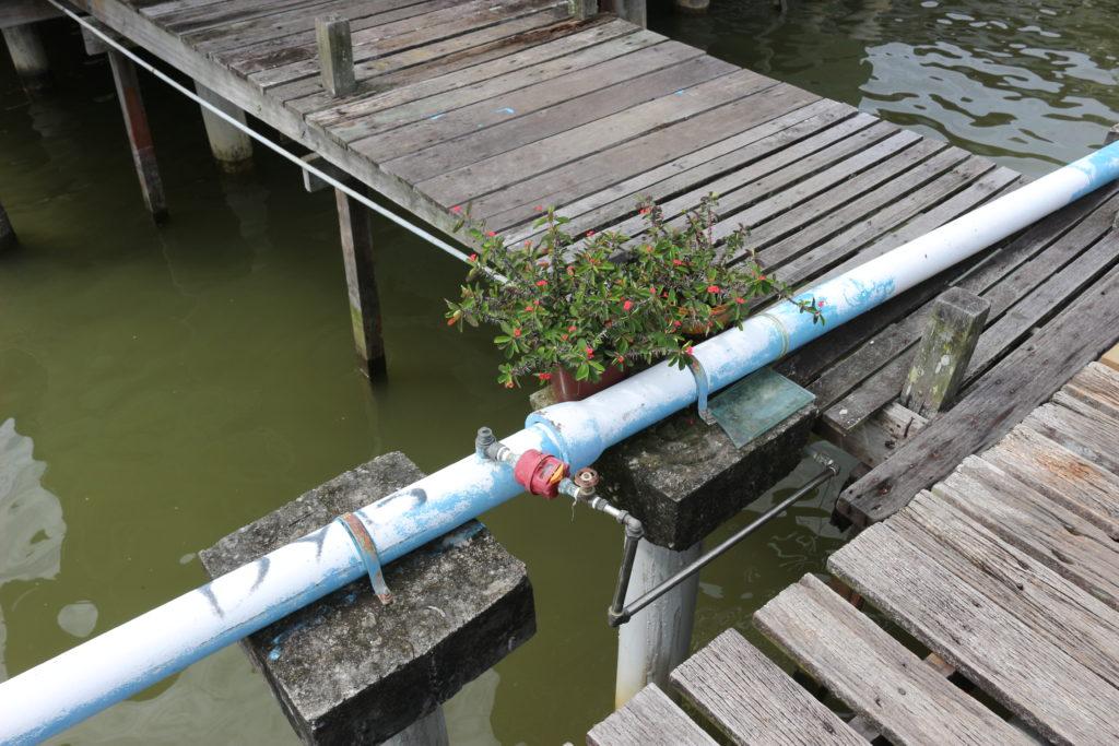 各民家に上水を供給している水道管