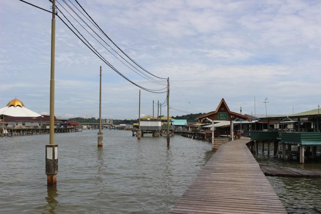 水上に立つ電柱