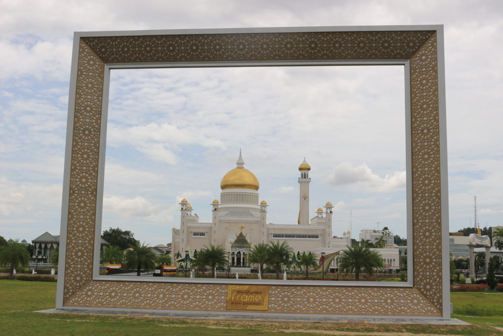 巨大なフレームをモスクに当てはめてみた