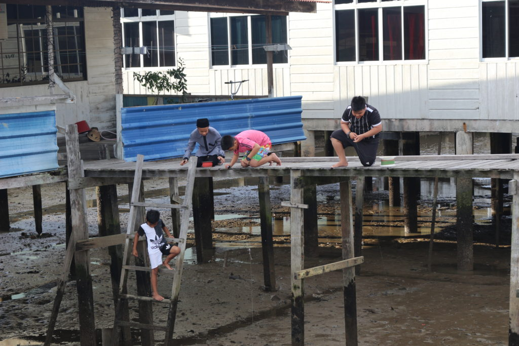 蟹釣りを楽しむ子ども達