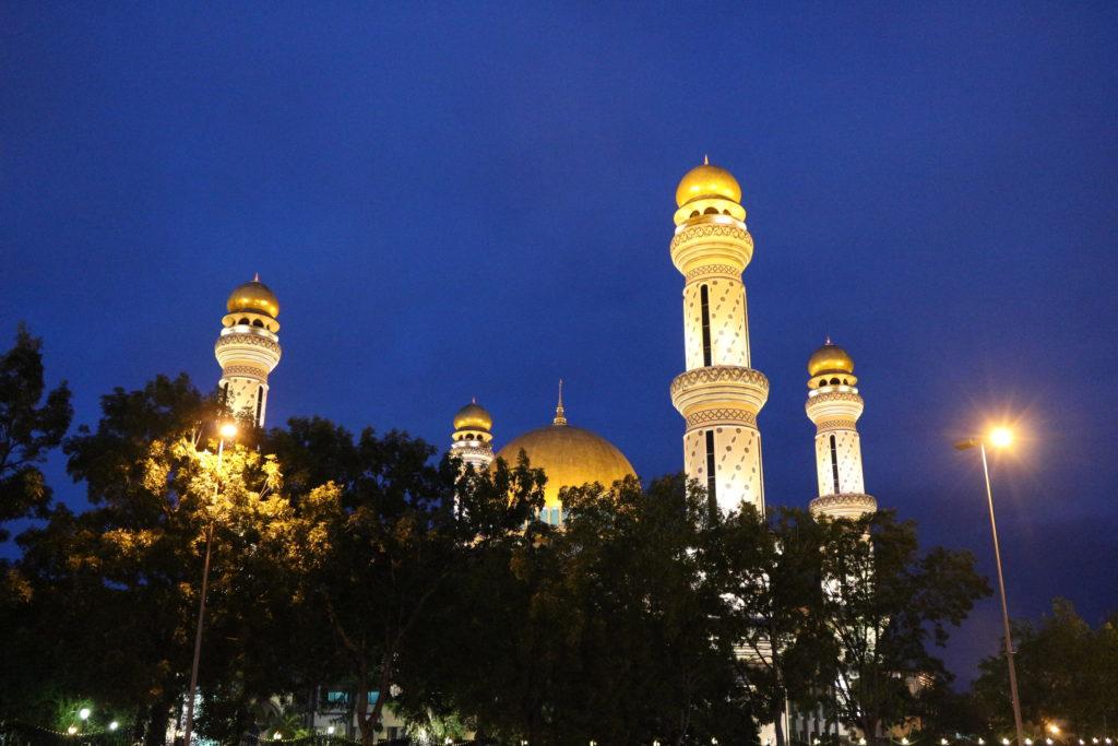 道中に見かけたジャミ・アス・ハサナル・ボルキア・モスクのライトアップ