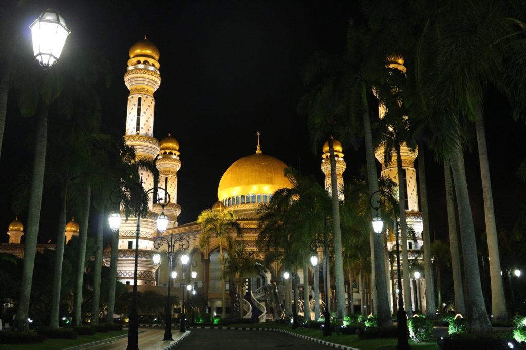 正面から見たモスク。ライトアップの技術の高さが伺える。